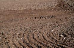 Plogat åkerbrukt fält, brun jord fotografering för bildbyråer