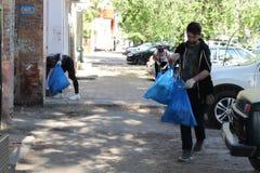 Plogging m?odzi ludzie biegaj? ?mieci w torbach na ulicach Saratov i zbieraj?, Rosja, Czerwiec 10, 2018 obrazy royalty free