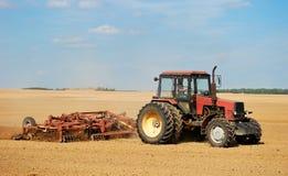 ploghing traktor Arkivfoto