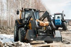Plogtraktorer på utställning för jordbruks- maskineri Arkivbilder