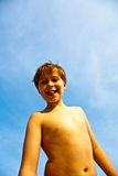 Plogues novos de sorriso felizes do menino seu tonge Imagens de Stock Royalty Free