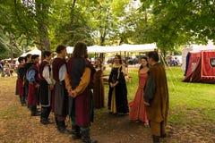Ploiesti, Roemenië - Juli 14, 2018: De geklede omhoog dames en de ridders reproduceren oude middeleeuwse dans in openluchtscène i stock afbeelding
