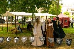 Ploiesti, Roemenië - Juli 14, 2018: De geklede omhoog dames reproduceren oude middeleeuwse dans in openluchtscène bij Middeleeuws royalty-vrije stock foto's