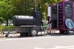 Ploiesti, Roemenië - Juli 14, 2018: De mens woont barbecue/oven in vorm van treinlocomotief op het Middeleeuwse die Festival bij  stock afbeeldingen