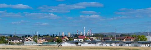 Ploiesti, Roemenië - Oktober 07, 2018: Panoramische cityscape die van Ploiesti de paardstal tonen bij de lokale Renbaan in Prahov stock foto
