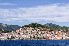 Plomari美丽如画的镇,在Lesvos海岛,希腊 免版税库存照片