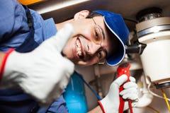 Plombier au travail photos stock