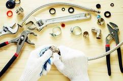 Plombier au travail avec des outils mettant d'aplomb Photos stock