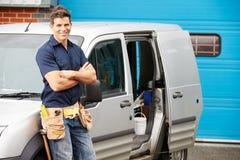Plombier Or Electrician Standing à côté de Van Image libre de droits
