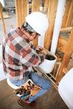 Plombier Installs Toilet Photos libres de droits