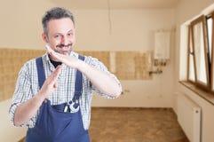 Plombier masculin heureux faisant le geste de temps mort Photographie stock libre de droits
