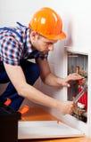 Plombier réparant une tuyauterie de l'eau Photographie stock libre de droits