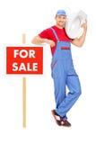 Plombier se tenant prêt a à vendre le signe Photo stock