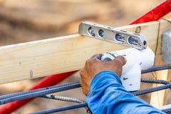 Plombier Using Level While installant le tuyau de PVC au chantier de construction photos libres de droits