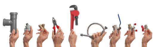 Plombiers tenant différents outils et garnitures photo libre de droits