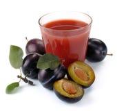 Plommonfruktsaft och frukt royaltyfri fotografi