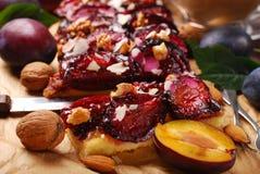Plommonkaka med mandlar och valnötter Arkivbilder