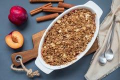 Plommonsmulpajpaj eller plommonchips med havre och kryddor, i en bakning arkivbilder