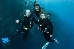 Plongée à l'air de trois amis ensemble Photos libres de droits