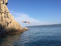 Plongée d'homme dedans à la mer bleue Photos stock