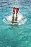Plongée d'homme sous l'eau Image stock