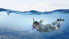 Plongée dans l'homme d'affaires de l'eau Media mélangé Media mélangé image libre de droits