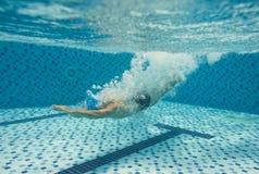 Plongée dans la piscine photo libre de droits