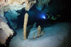 Plongée de caverne dans la caverne sous-marine de cenote Photographie stock