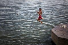 Plongée de garçon dans la rivière et l'amusement de avoir image stock