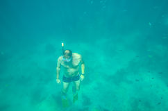 Plongée d'homme en mer Photographie stock