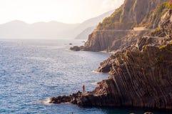 Plongée des falaises de Riomaggiore Photographie stock libre de droits