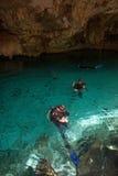 Plongeant dans un cenote, le Mexique Photo libre de droits