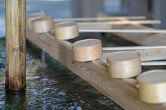 Plongement des tasses au jingu de Meiji à Tokyo Image libre de droits