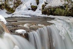 Plongeons de l'eau au-dessus du bord glacial des automnes de Hoggs photographie stock libre de droits