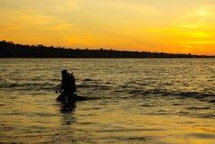 Plongeur au coucher du soleil Images libres de droits