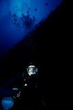 Plongeur au-dessous d'épave images libres de droits