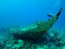 Plongeur au-dessus d'une épave Image libre de droits
