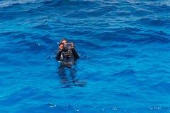 Plongeur autonome avec l'appareil-photo sous-marin Photos stock