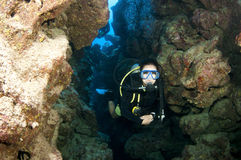 Plongeur autonome en caverne Photo stock