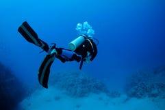 Plongeur autonome en mer bleue Photographie stock libre de droits
