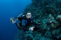 plongeur autonome et corail et appareil-photo images libres de droits