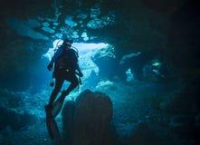 Plongeur autonome féminin - le vortex jaillit caverne Photos libres de droits