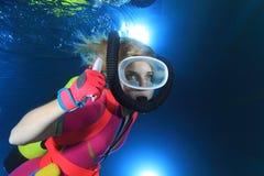 Plongeur autonome féminin Photographie stock libre de droits
