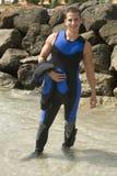 Plongeur autonome heureux avec le vêtement isothermique Image stock