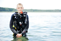 Plongeur autonome sur l'eau image stock