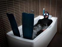 Plongeur bizarre avec la nageoire dans la salle de bains photo libre de droits