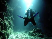 Plongeur dans la caverne photographie stock