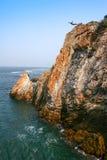 Plongeur de falaise à Acapulco, Mexique image stock