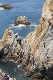 Plongeur de falaise en vol images stock