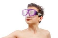 Plongeur de garçon dans le masque de natation avec un portrait en gros plan de visage heureux, d'isolement sur le blanc Photos stock